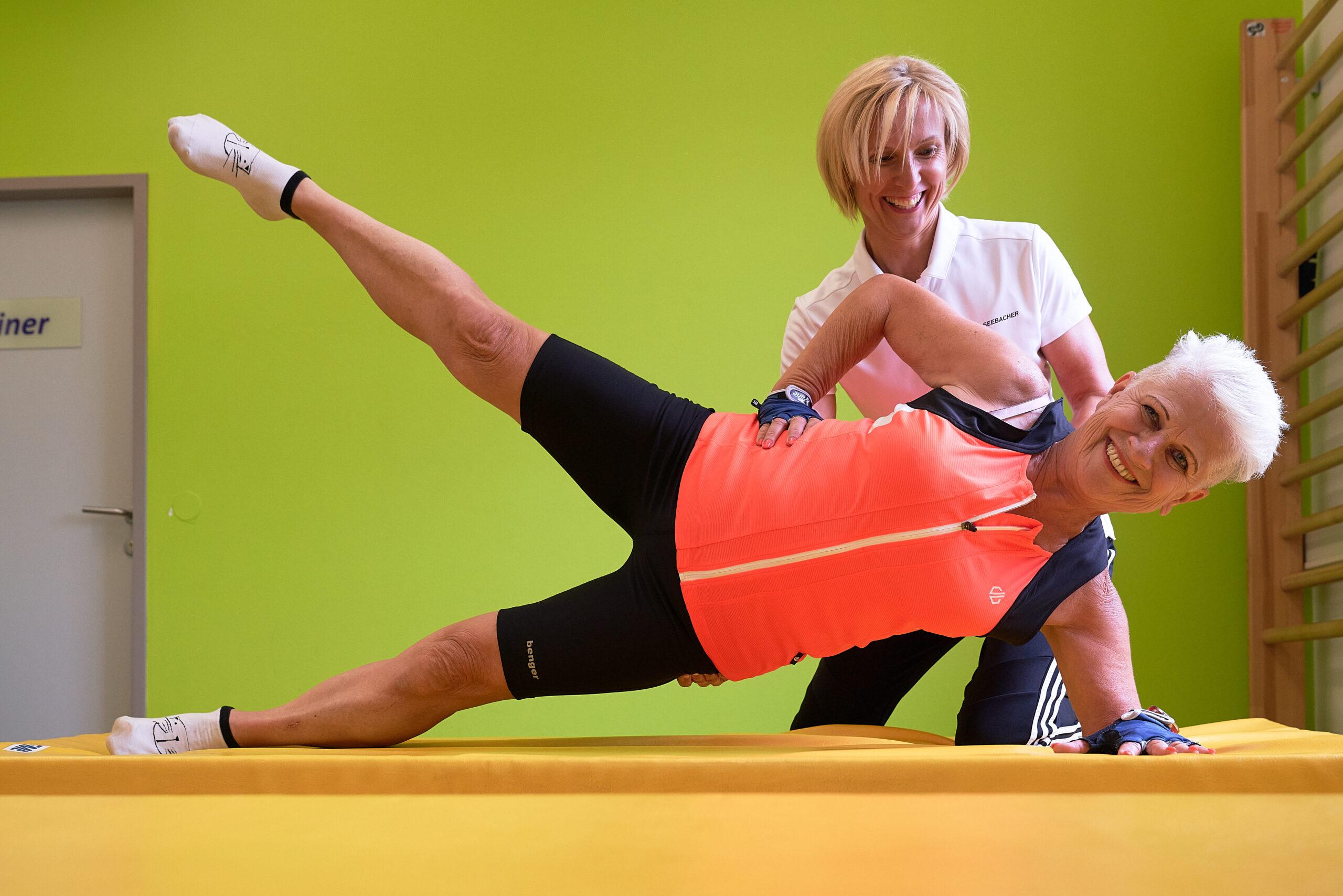 trainerin mit senioren beim training